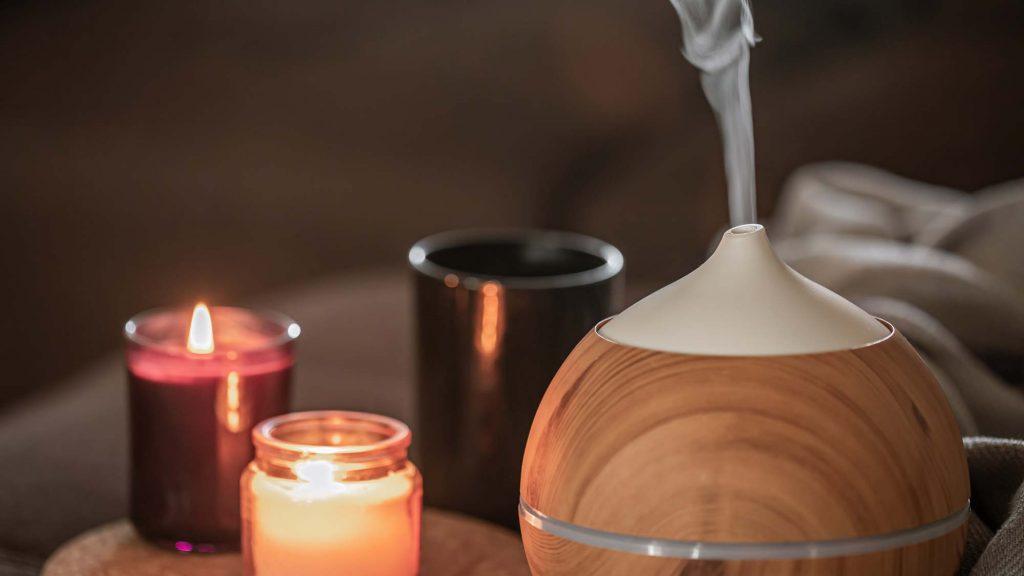 Raumbeduftung mit Aromaölen die stimmungsaufhellend oder beruhigend wirken. Kauf dir am besten eine Aromalampe oder einen Diffusor.