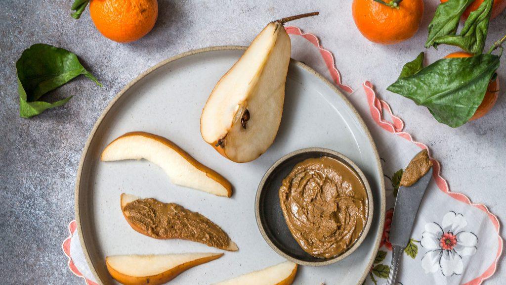 Früchte mit Mandelmus
