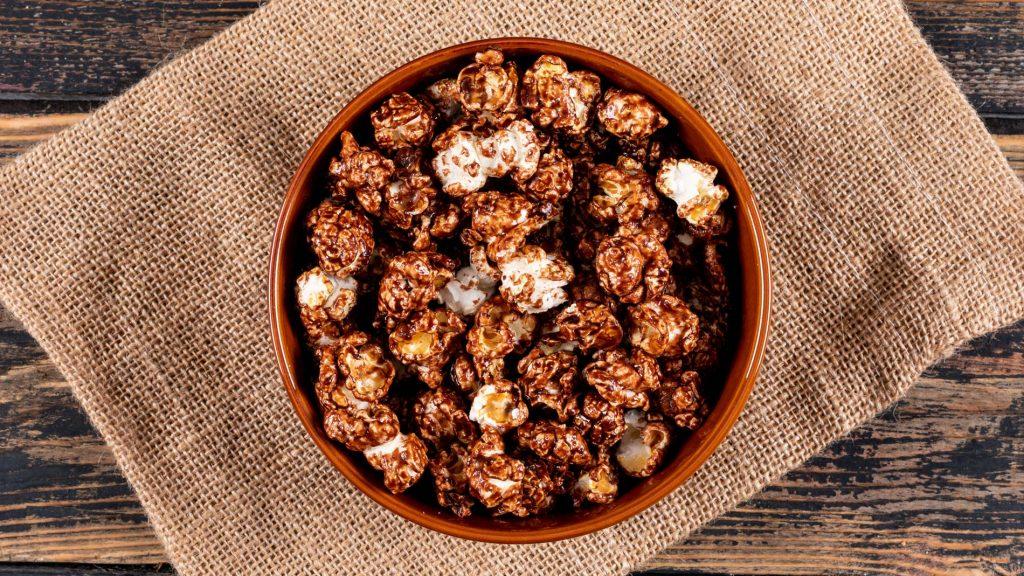 Gesunde Snacks sind z.B. Popcorn, Hummus oder Reiswaffeln.