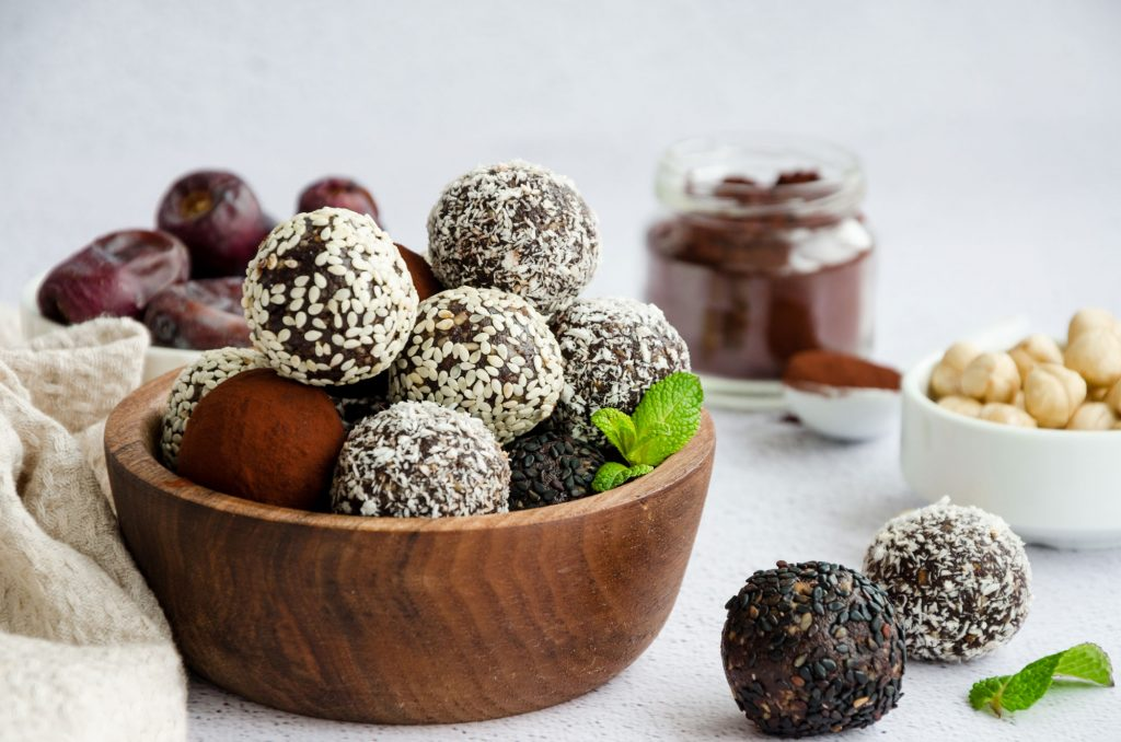 Energyballs sind in aller Munde, weil sie lecker, gesund und sättigend sind.