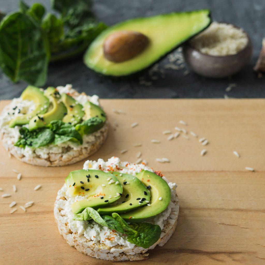 Gesunde Snacks können auch glutenfrei sein, wie diese Maiswaffeln mit Avocado.