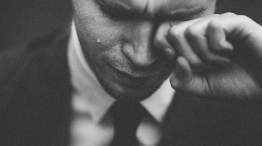 Männer dürfen auch in einer Beziehung ihre Verletzlichkeit zeigen.