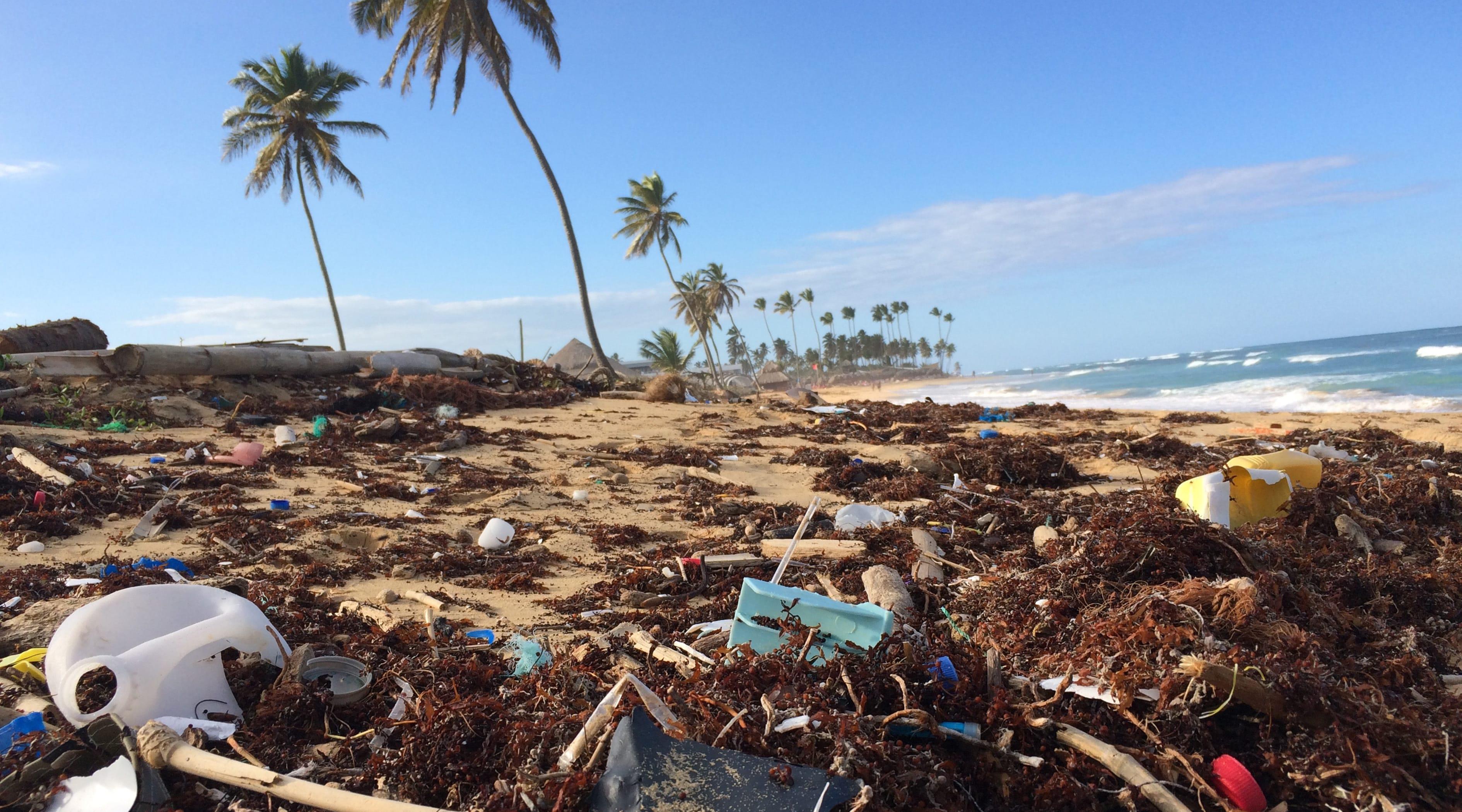 strand vermüllt mit plastik