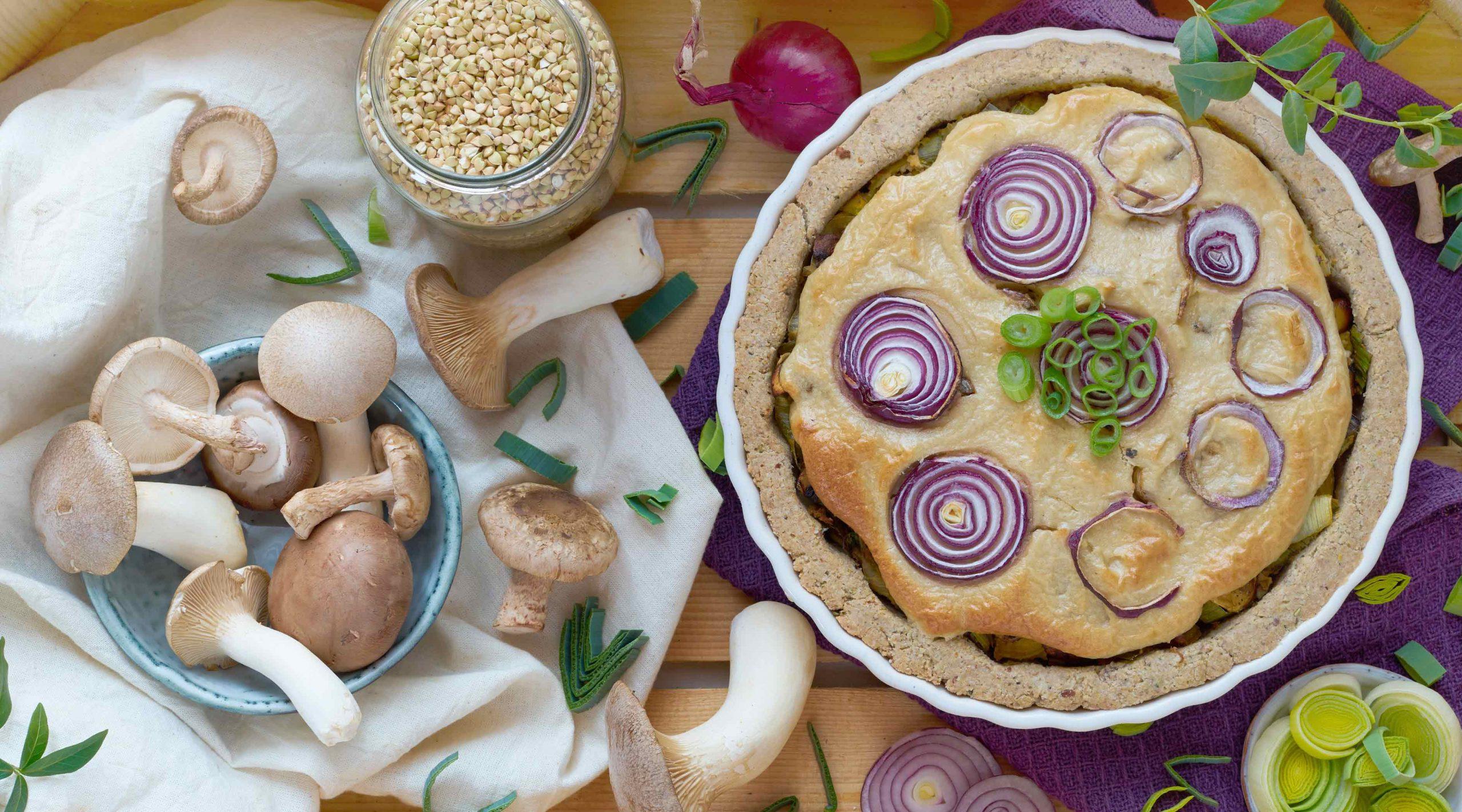 Glutenfreie Lauch-Pilz-Tarte mit Kräuterseitlingen.