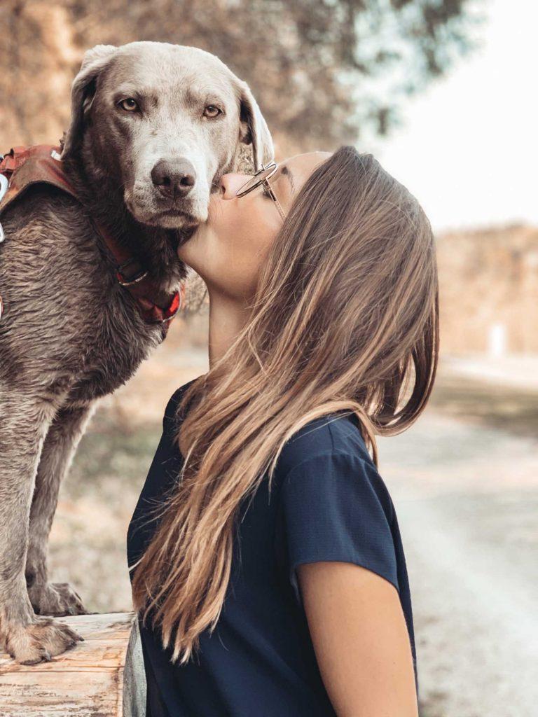 Sarah Volpert mit Hund.