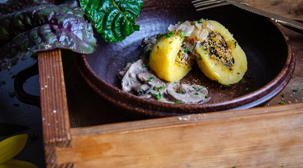 Kürbis-Kartoffel-Klöße mit Tofu-Mangold-Füllung.