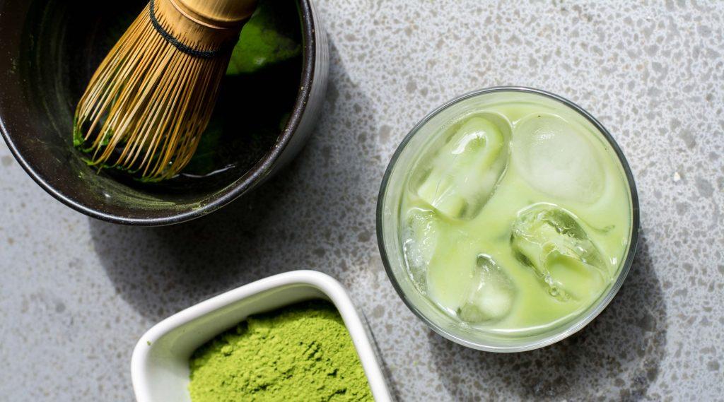 Matcha ist eine Grünteesorte. Du kannst Matche-Latte kalt oder warm genießen. Ein passendes Rezept findest du hier auf dem Brain Food Magazin.