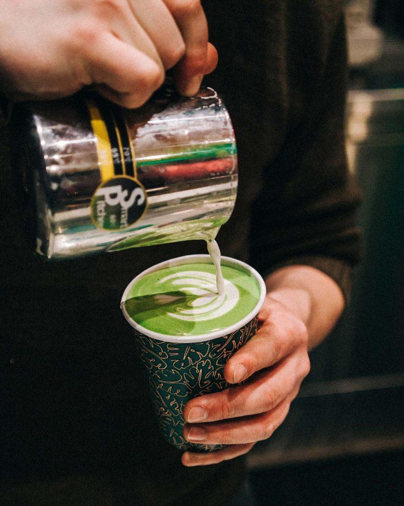 Matcha Latte Macchiato kräftig grün und gesund.