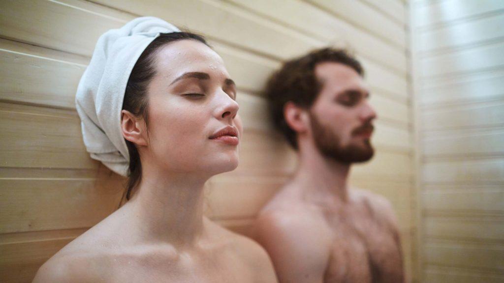 Saunieren und Kneippen hilft bei der Entgiftung. So kanns du Toxine loslassen und verlierst die Lust auf Rauchen.