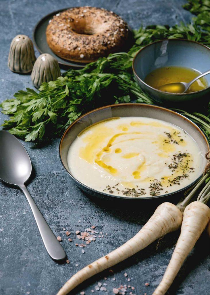 Cremige Pastinakensuppe, passt perfekt zum Basenfasten.