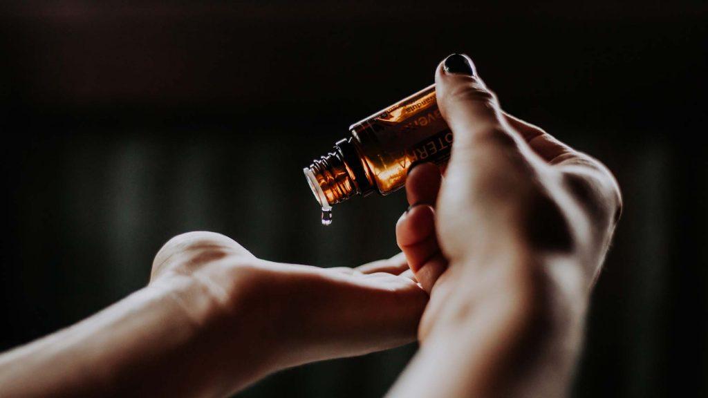 Wenn dich eine Depression, ein Winterblues oder ein Stimmungstief plagt, kannst du ätherische Öle zur Linderung ausprobieren!  Hier findest du Aromaöl Rezepte! Das sind gute ätherische Öle bei Depressionen.