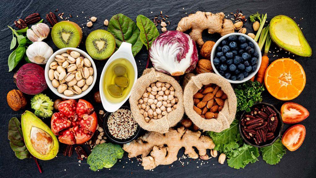 Ballaststoffreiche Lebensmittel. Ballaststoffe finden sich meistens in pflanzlichen Lebensmitteln.