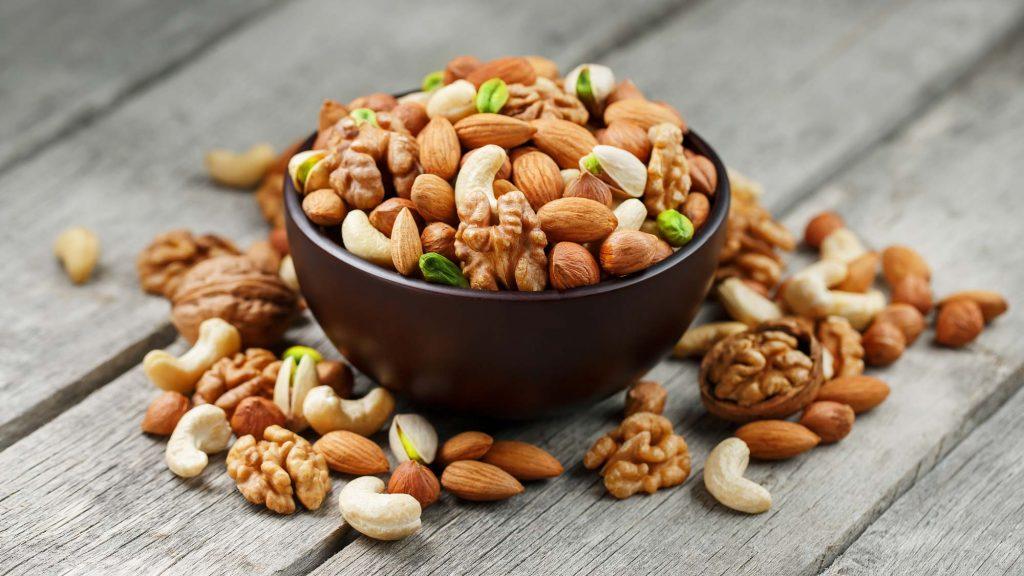 Nüsse, Obst, Gemüse, Vollkorngetreide, Pseudogetreide, Kartoffeln, Hülsenfrüchte sind bei Vollwertkost erlaubt.