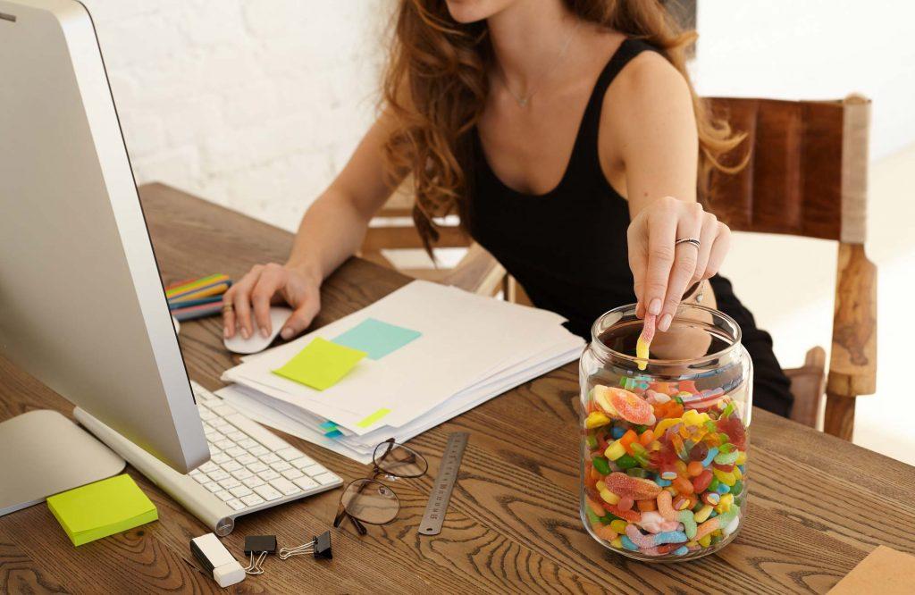 Emotionales Essen am Arbeitsplatz. Das ständige snacken ist stressbedingt.