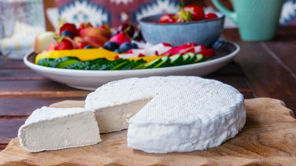 Veganen Käse wie diesen Cashew Brie kannst du mit dem Keinkäse Starterset von fairment selbst herstellen.