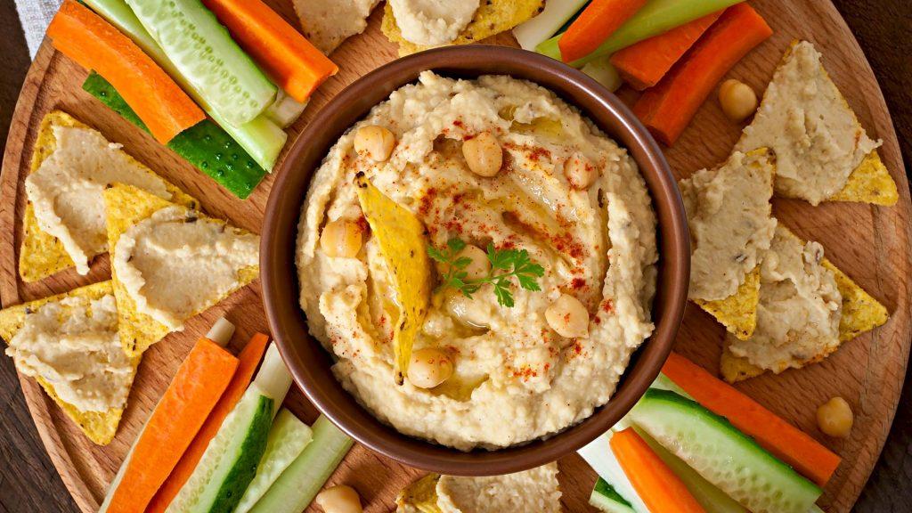 Gesunde Snacks für zwischendurch: Hummus mit Gemüsesticks