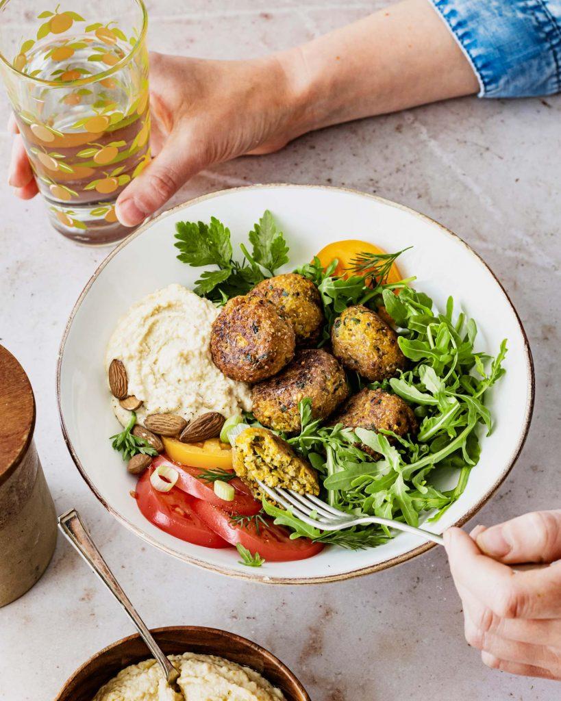 Hier kommt das Hummus Grundrezept: cremiger Hummus passt super zu Falafel oder zu einer veganen Bowl