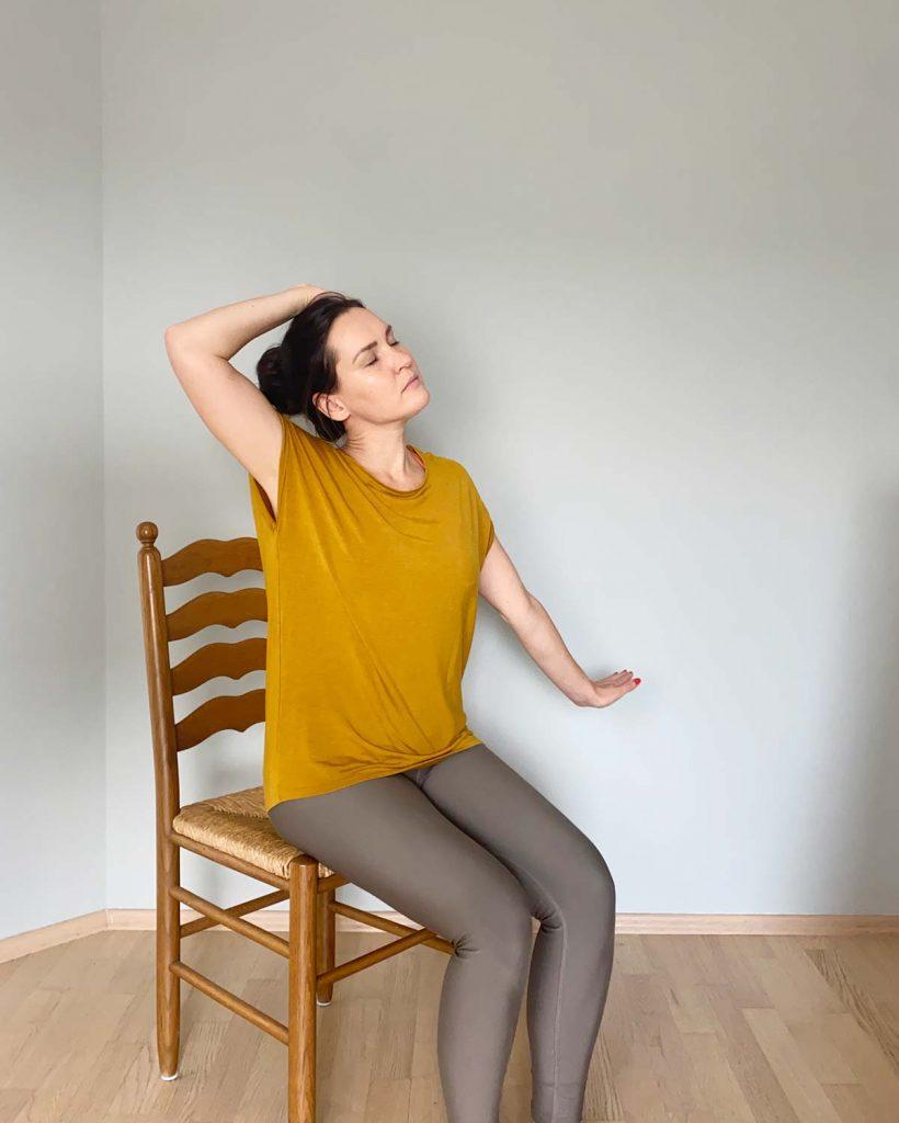 Yoga im Sitzen mit Nackendehnung